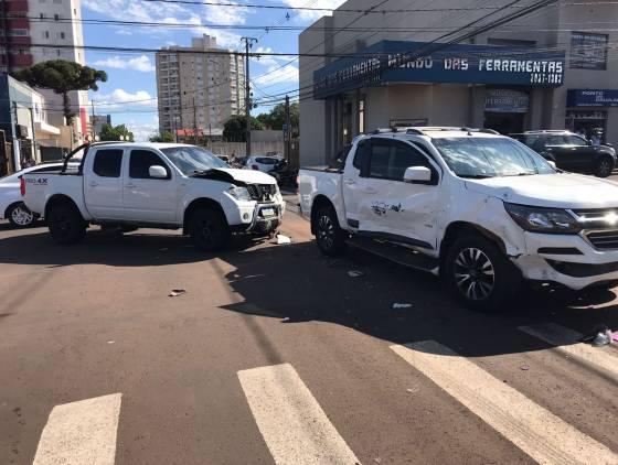 Motociclista sofre fratura em fêmur após forte colisão entre três veículos na Rua São Paulo