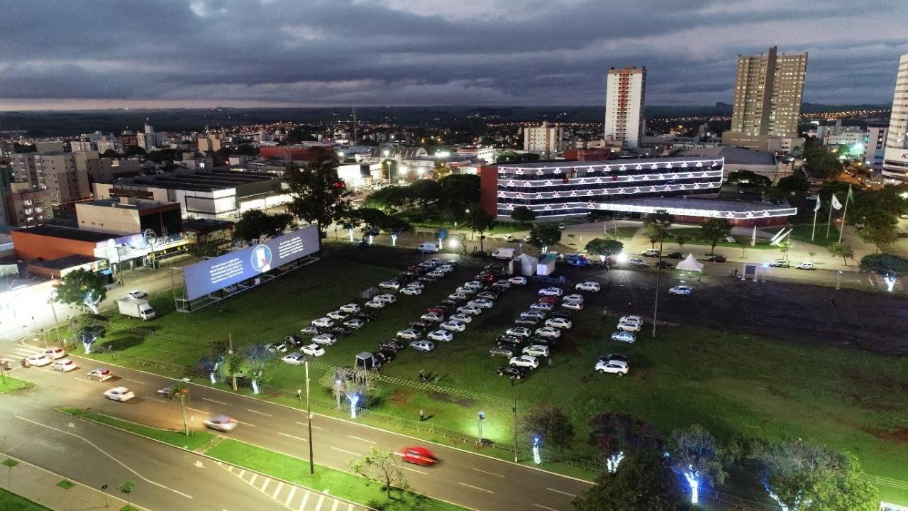 Exibição do espetáculo drive-in atrai 450 veículos na primeira noite