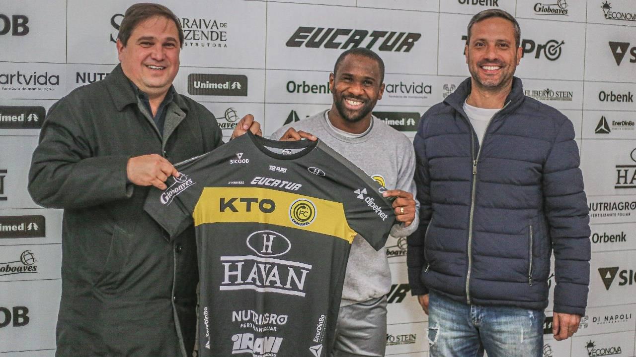 Léo Itaperuna: Atacante chega a 15 gols com a camisa do FC Cascavel e se torna maior artilheiro
