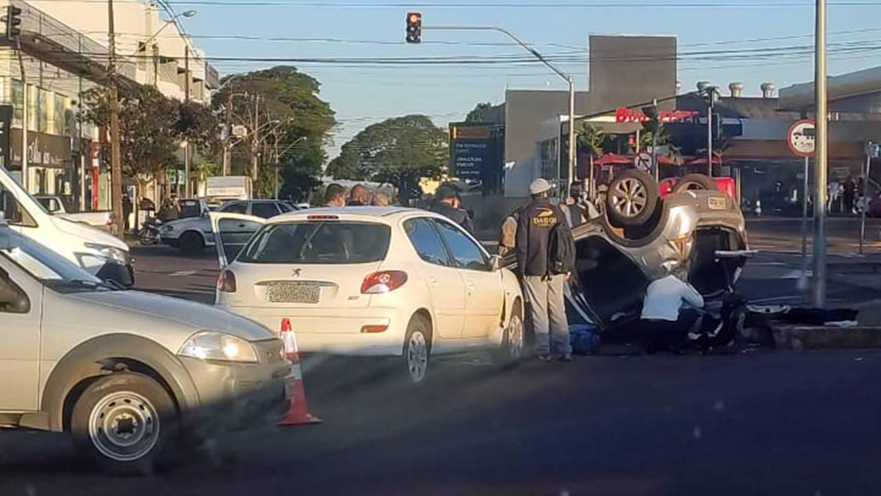 Mãe e filha ficam feridas após capotamento na Avenida Brasil