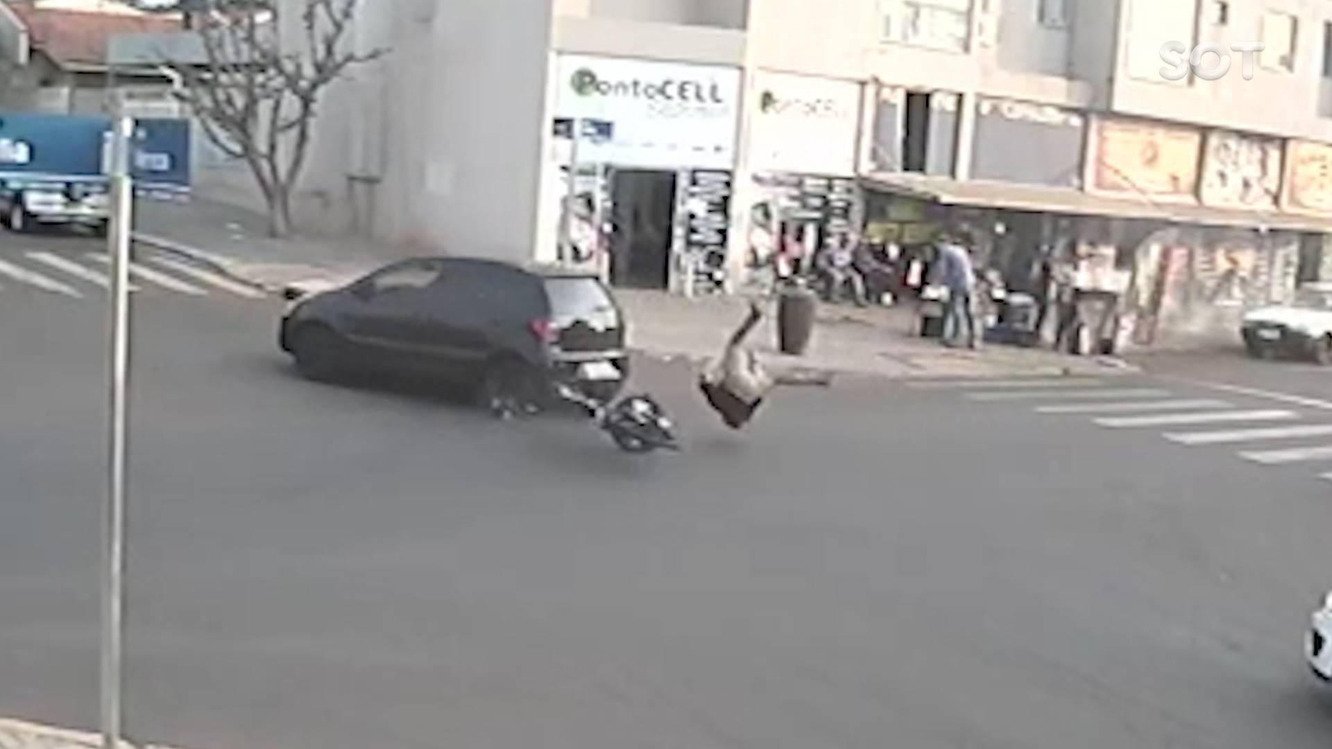 Câmera de segurança registra colisão de trânsito que deixou jovem ferido no Cascavel Velho