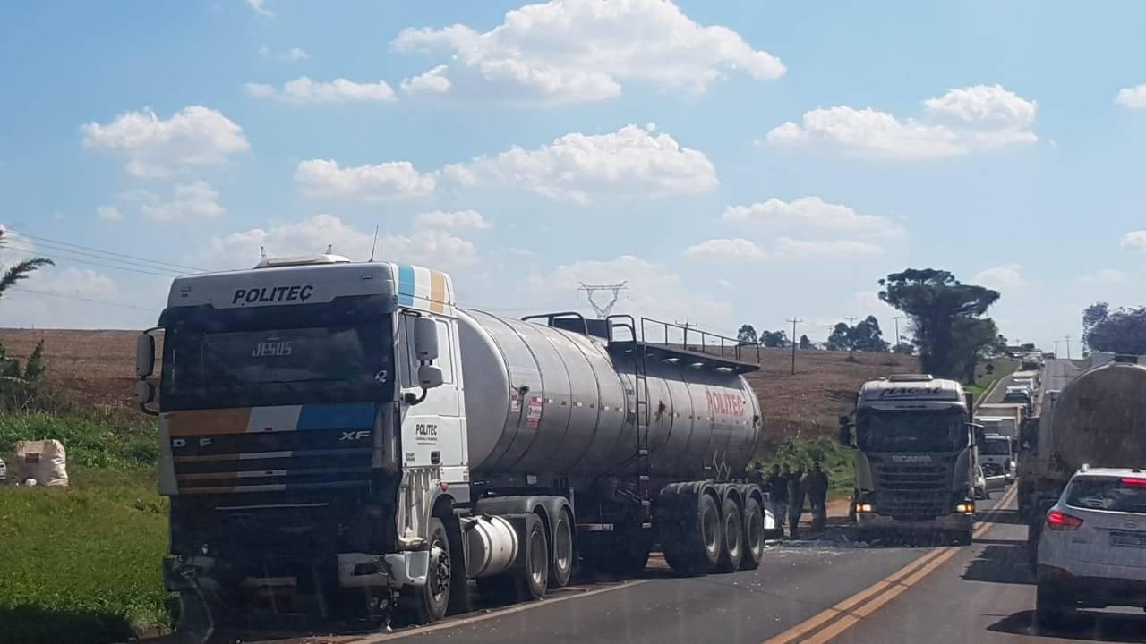 De Novo: Carro e caminhão se envolve em colisão de trânsito na BR-277 em Santa Tereza do Oeste
