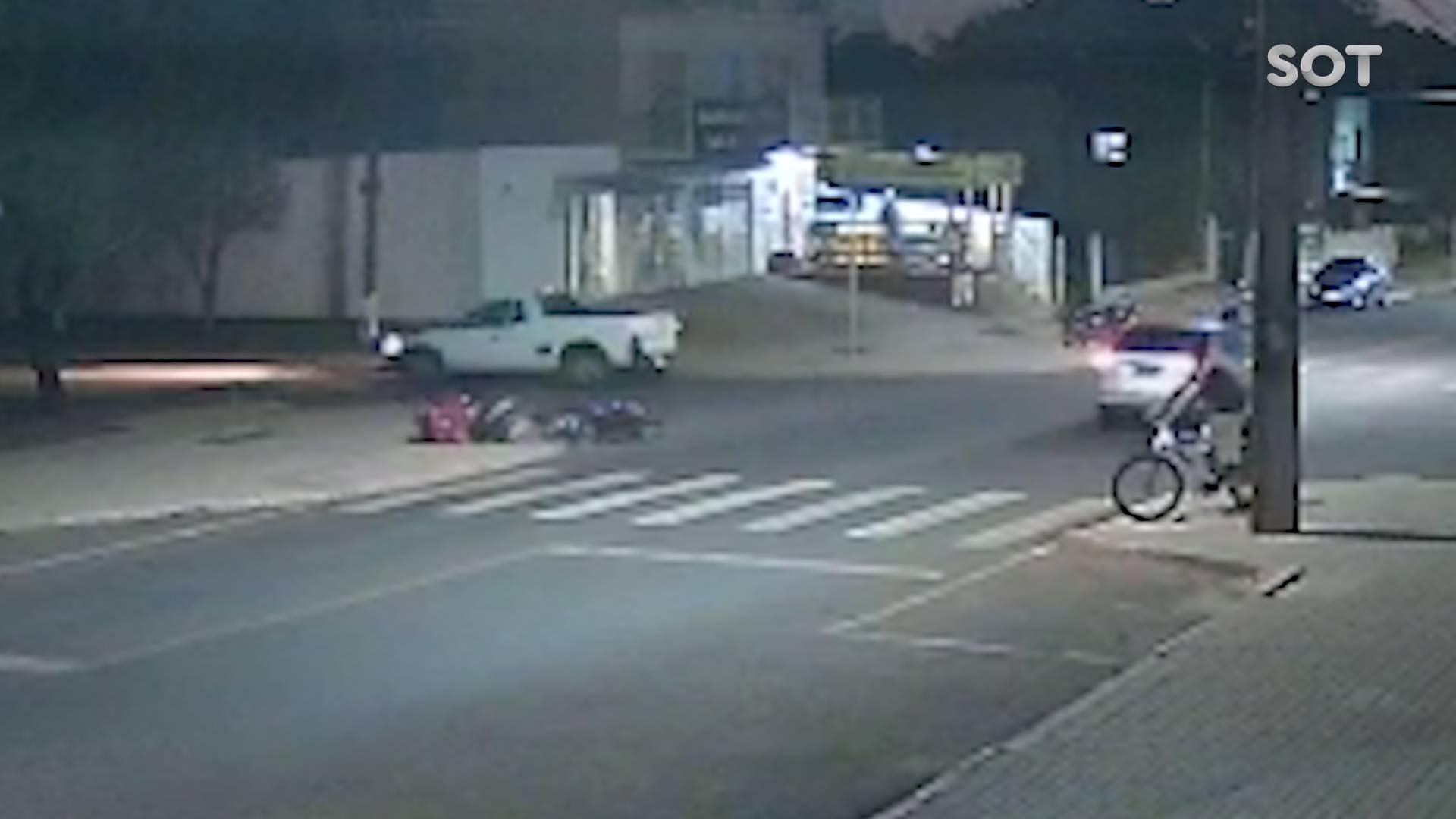 Câmera de segurança registra forte colisão entre carro e moto na Rua Itália