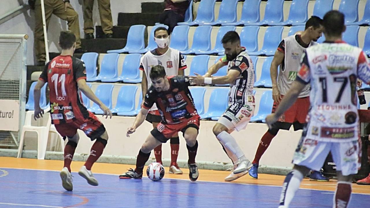 Carlão faz três e Cascavel Futsal vence o Operário Laranjeiras