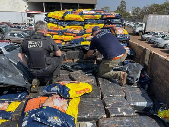 Receita Federal apreende 3,4 toneladas de maconha em carreta de ração em Cascavel
