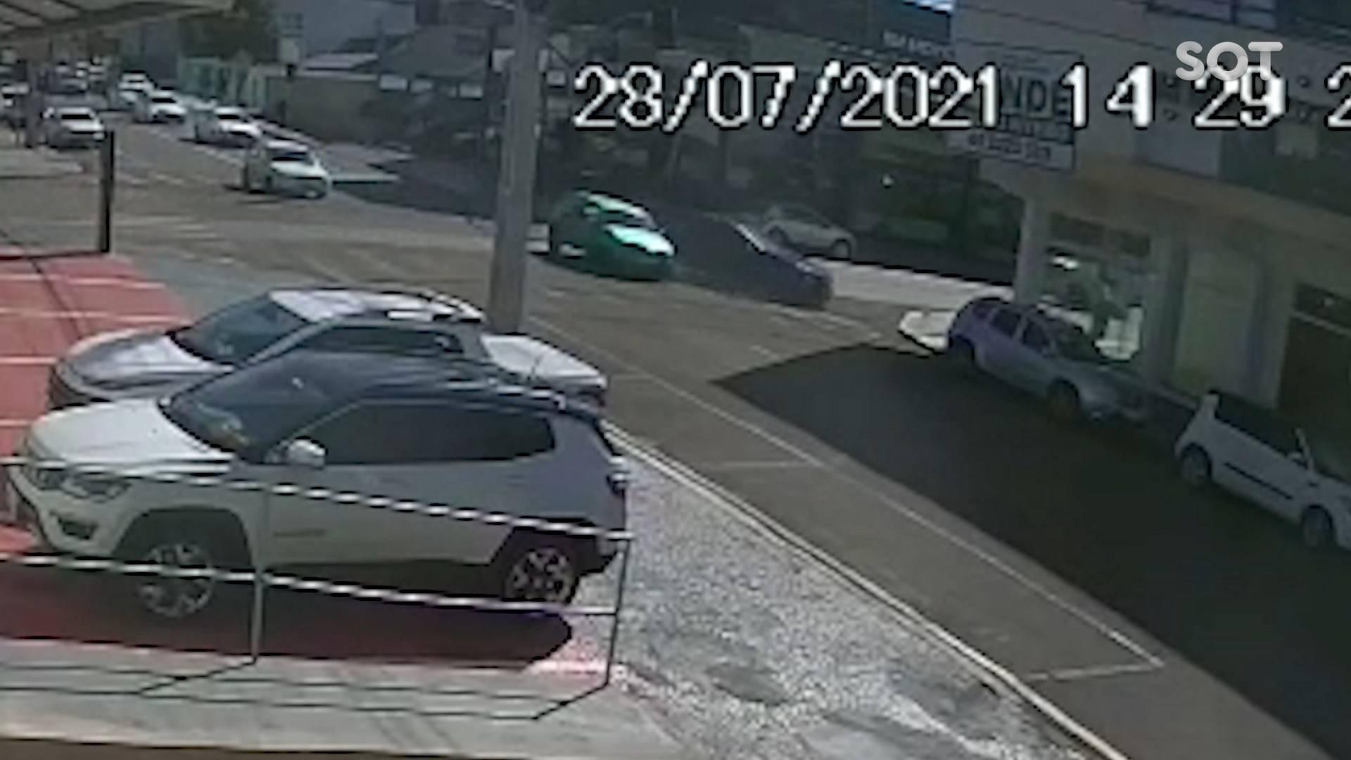 Câmera de segurança registra colisão de trânsito na Rua Barão do Cerro Azul