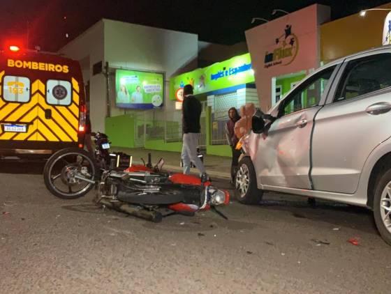 Motociclista de 21 anos sofre lesão na perna após colisão de trânsito na Rua Castro Alves