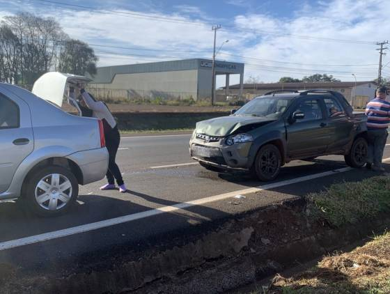 Colisão traseira é registrada na rodovia BR-277, no Bairro Santos Dumont